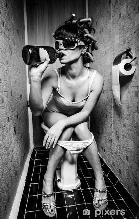 Vinyl Fotobehang Meisje zit in een toilet -