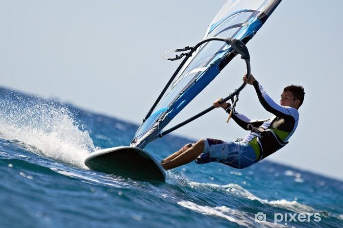 Vinilo Pixerstick Vista lateral de la joven windsurfista - Deportes acuáticos