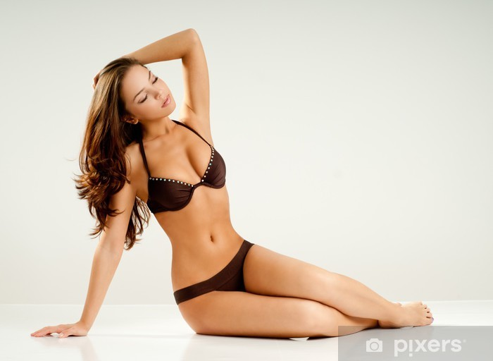 CLEO: Muchacha en bikini