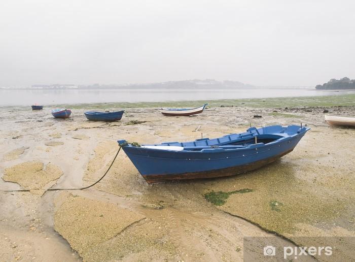 Naklejka Pixerstick Łodzie w piasku na pochmurny dzień - Transport wodny