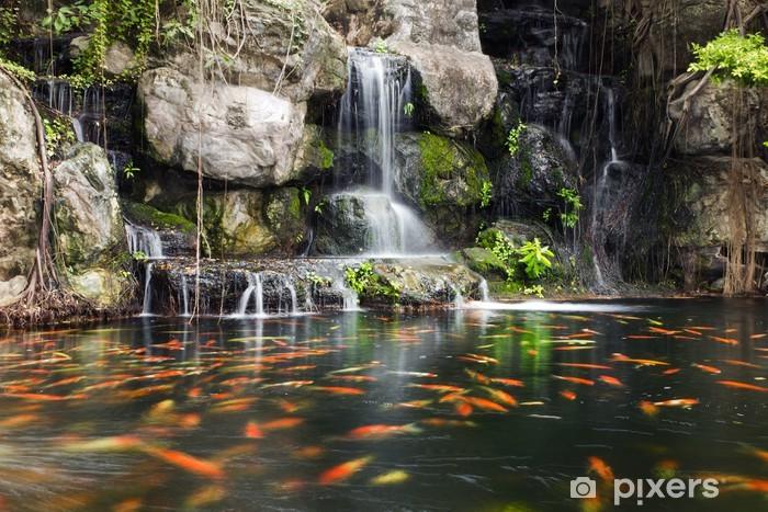 Sticker Koi poissons dans l\'étang dans le jardin avec une cascade Pixerstick