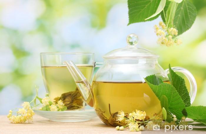 Fototapeta winylowa Czajnik i filiżanki z herbatą i kwiatów lipy - Gorące napoje