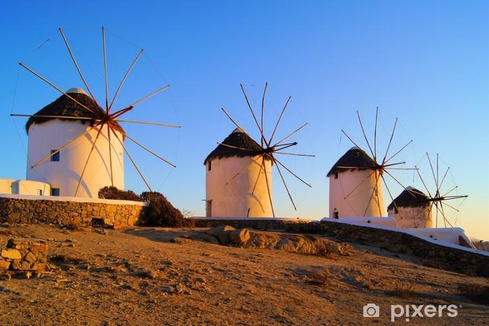 Fototapeta winylowa Tradycyjne greckie wiatraki o zachodzie słońca, Mykonos, Grecja - Młyny i wiatraki