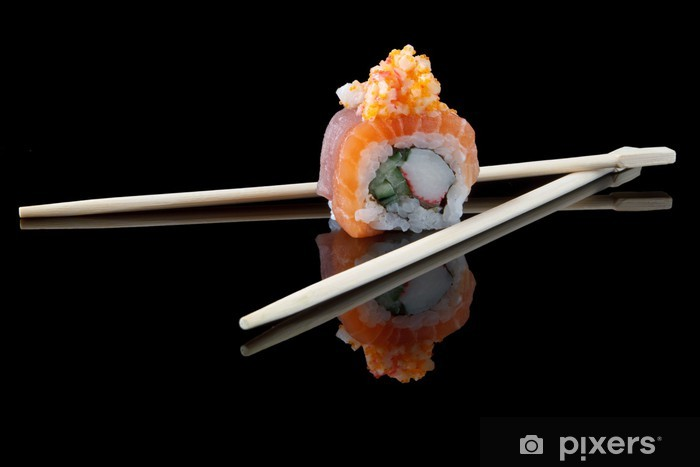 Fotomural Estándar Sushi con palillos sobre fondo negro - Sushi