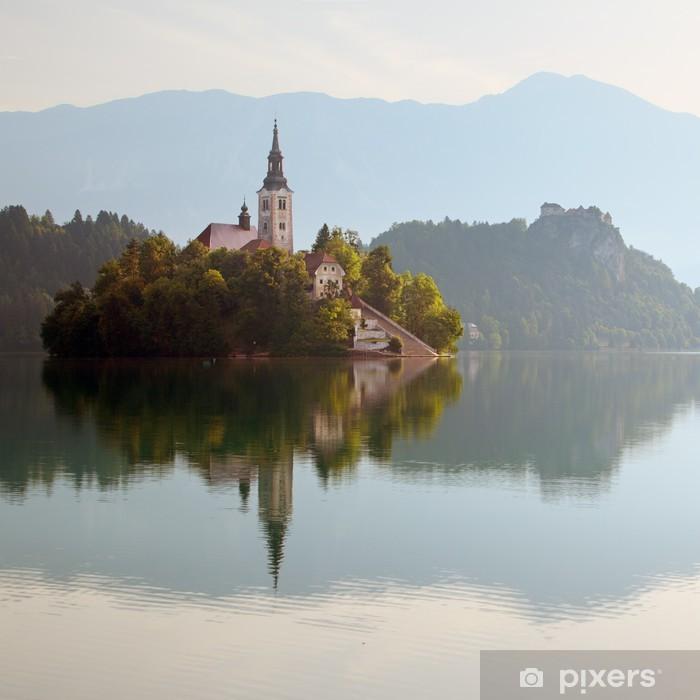 Poster Eine Kirche auf der Insel im Bleder See in Slowenien - Europa