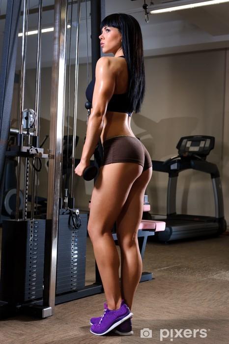 Fototapeta winylowa Piękna młoda kobieta pracuje w klubie fitness - Sporty indywidualne