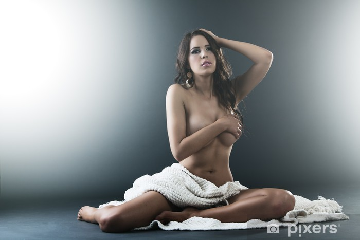 Vinylová fototapeta Krásná nahá žena sedí na které se vztahuje bílé látky - Vinylová fototapeta