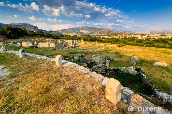 Fototapeta winylowa Ruiny starożytnego miasta Salona i odległych górach w pobliżu Splitu - Wakacje