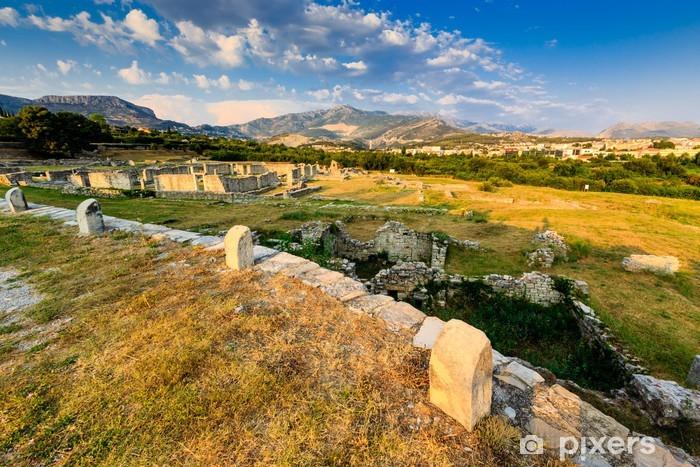 Papier peint vinyle Ruines de l'ancienne ville de Salona et des montagnes éloignées à proximité de Split - Vacances