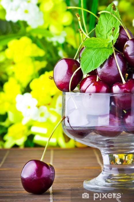 Papier peint vinyle Doux fruits de cerisiers en gobelet de verre avec une feuille de menthe - Fruits