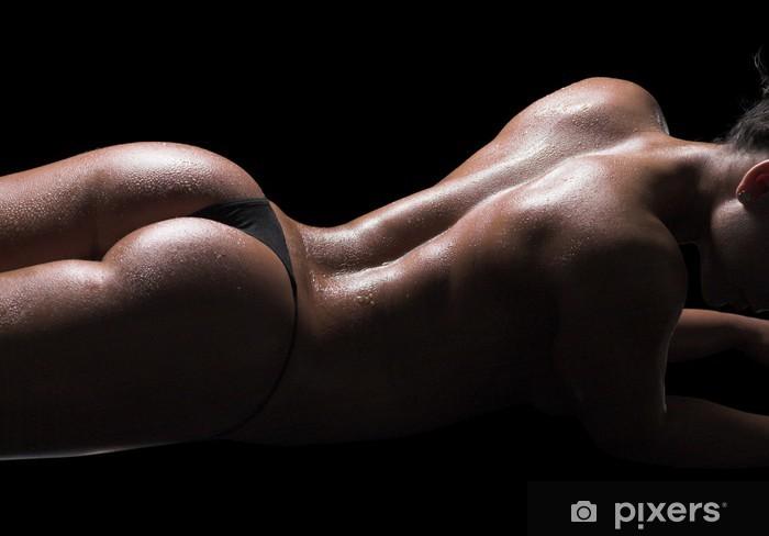 Fototapeta winylowa Sexy ciało kobiety, mokra skóra, czarne tło - Akty żeńskie