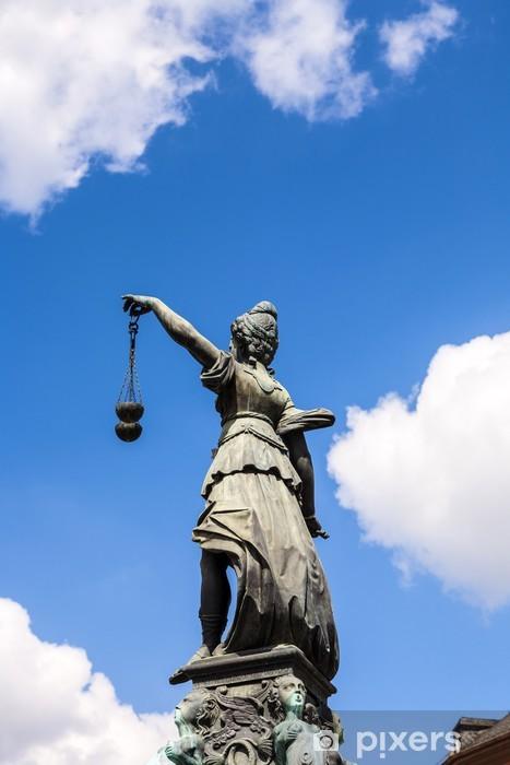 Vinyl Fotobehang Standbeeld van Vrouwe Justitia in de voorkant van de Romer in Frankfurt - Justitie