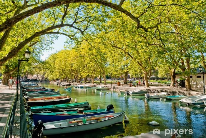 Papier peint vinyle Annecy, des bateaux et le canal depuis le pont des amoureux - Europe