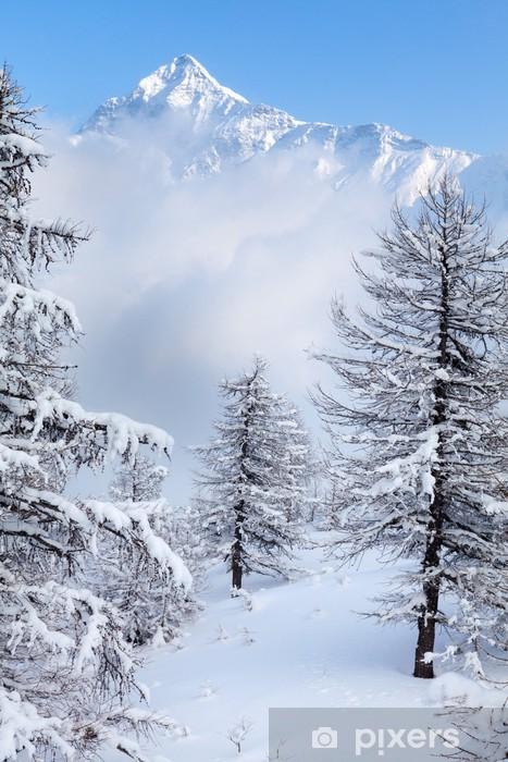 Papier peint vinyle Chutes de neige dans un ciel clair - Montagne