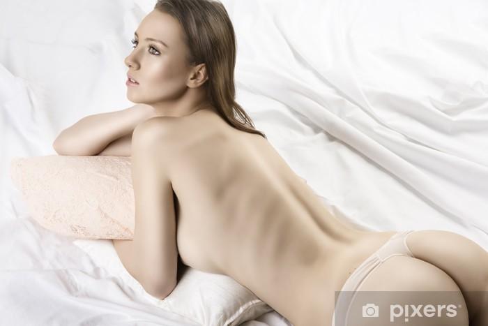 Fotomural Estándar Chica Sexy Desnuda Acostada En La Cama Blanca Se Ve A La Izquierda