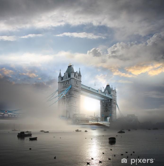 Papier peint vinyle Tower Bridge dans le brouillard à Londres - Thèmes