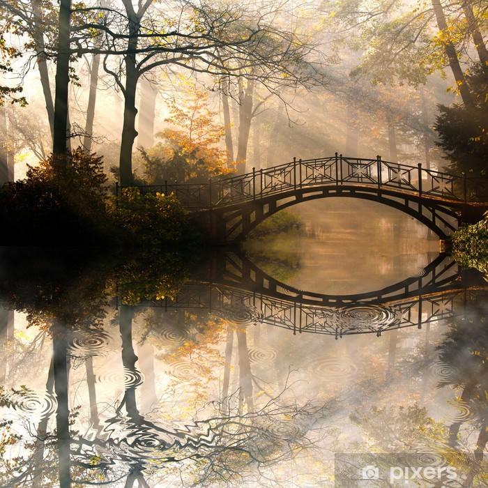 Afwasbaar Fotobehang Autumn - Oude brug in het najaar mistige park -