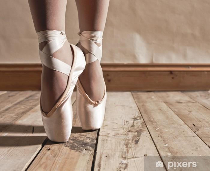 Naklejka Pixerstick Balet buty na drewnianej podłodze - Balet