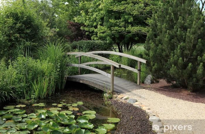 Fototapete Kleine Hölzerne Brücke über Wasser Garten