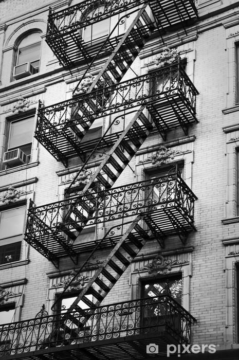 Mural de Parede em Vinil Façade avec escalier de secours noir et blanc - New-York - Temas