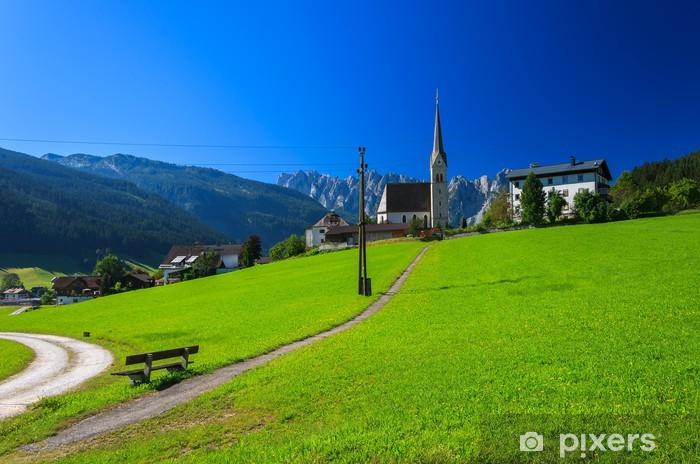 Vinylová fototapeta Horská silnice na zelené louce v alpské vesnici, Rakousko - Vinylová fototapeta