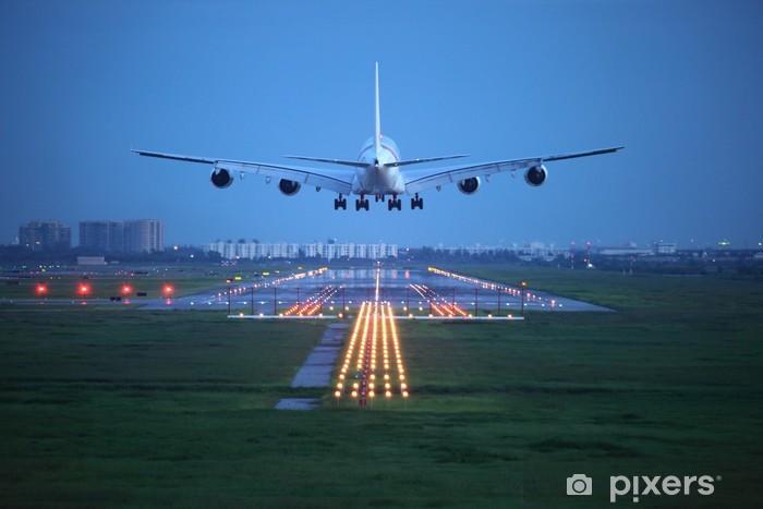 Papier peint vinyle Avion de voler au-dessus de la piste de décollage de l'aéroport - Thèmes