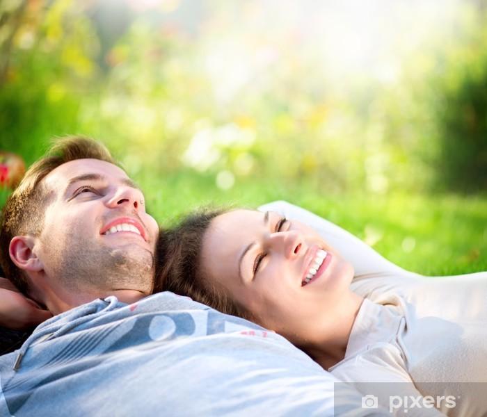 Vinilo Pixerstick Pareja joven tumbado en la hierba al aire libre - Casa y jardín