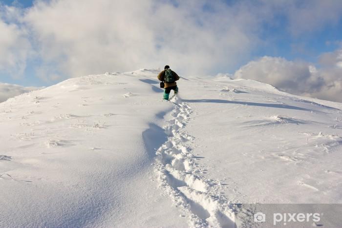 Papier peint vinyle Randonnée dans une montagne d'hiver - Europe