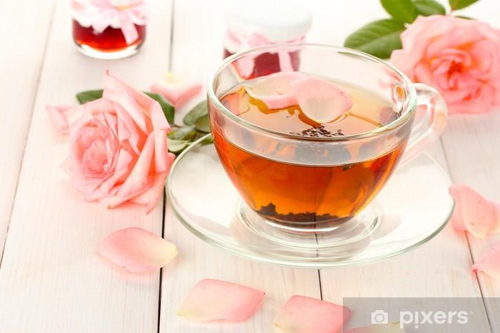 Fototapeta winylowa Kubek herbaty z róż i dżem na białym drewnianym stole - Gorące napoje