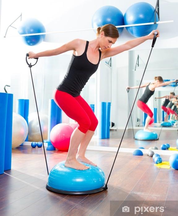 Fototapeta winylowa BOSU piłka do instruktora fitness kobieta w aerobiku - Zdrowie