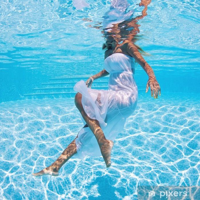 Fotomural Estándar Retrato de mujer con vestido blanco subacuática en piscina. - Vacaciones