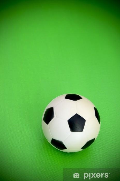 Fotomural Balón de fútbol en fondo verde • Pixers® - Vivimos para ... 2583921e856cf