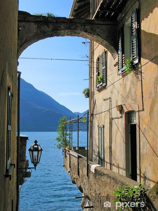 Fototapeta winylowa Romantyczny widok na słynny włoski Jezioro Como od miasta Varenna - Woda