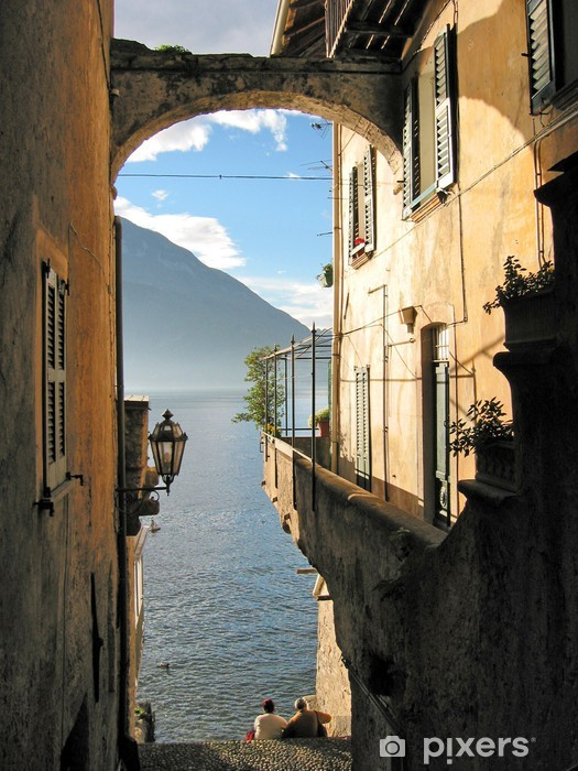 Fototapeta winylowa Romantyczny widok na słynny włoski Jezioro Como od miasta Varenna - Inne