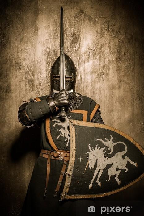 Fototapeta winylowa Miecz średniowieczny rycerz w holding przed twarzą - Rycerze