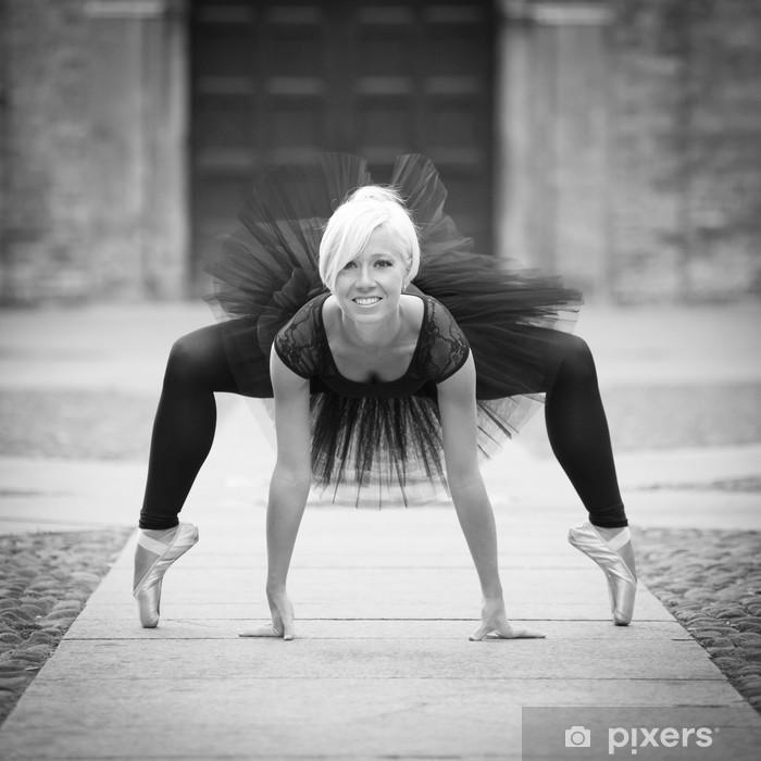 Naklejka Pixerstick Młoda piękna balerina tańczyć na ulicy. - Tematy