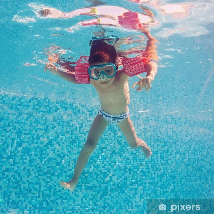 Plakát Podvodní malý kluk v bazénu s pižmem a područkami. - Prázdniny