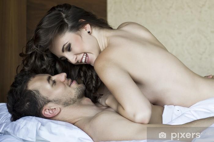 Papier peint lavable Les jeunes amoureux couché dans son lit - Femmes