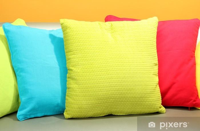Cuscini Colorati Per Divani.Carta Da Parati Cuscini Colorati Sul Divano Su Sfondo Giallo