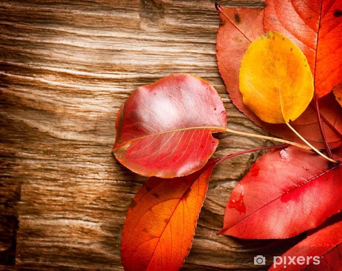Sticker Pixerstick Feuilles d'automne sur fond de bois. Automne - Saisons