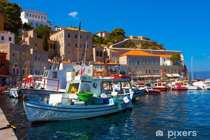 Naklejka Pixerstick Łodzie rybackie w greckiej wyspie Hydra na Zatokę Sarońską - Miasta europejskie