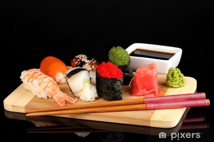Papier peint vinyle Délicieux sushis servis sur planche de bois isolé sur fond noir - Sushi