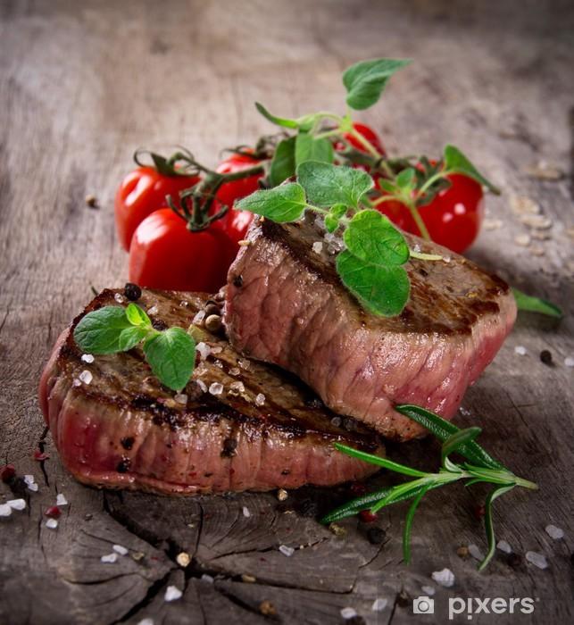 Fototapeta winylowa Grillowane steki BBQ z świeżymi ziołami i pomidorami - Tematy
