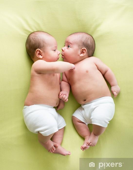 Pixerstick Dekor Roliga tvillingar bröder spädbarn som ligger på green - Bebisar