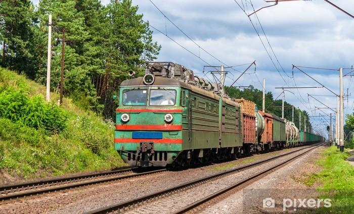 Papier peint vinyle Le train de marchandises tracté par locomotive électrique vieux. Ukraine - Thèmes