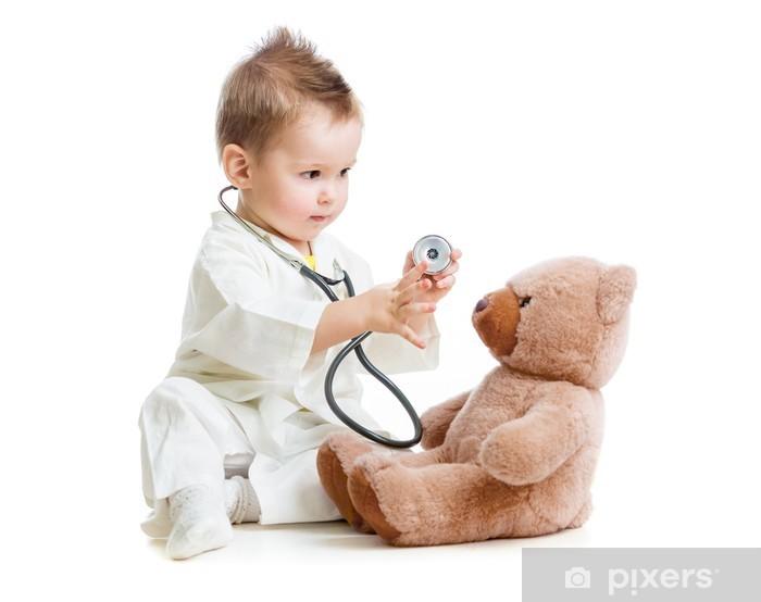 Papier peint vinyle Enfant ou un enfant jouant médecin avec son stéthoscope et ours en peluche isol - Enfants