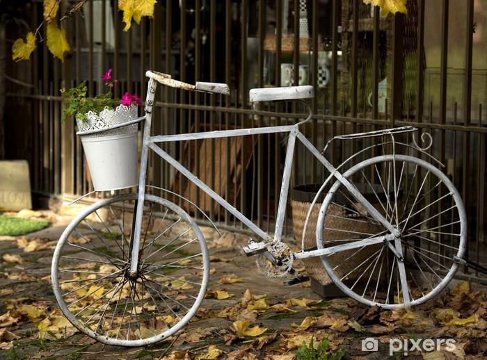 Papier peint vinyle Vieux vélo avec un panier de fleurs - Sports d'extérieur