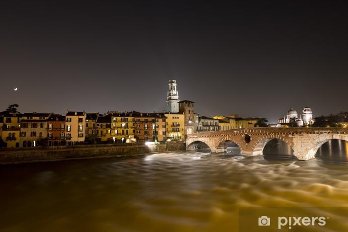 Nálepka Pixerstick Ponte Pietra v noci - Verona Itálie - 1. století před naším letopočtem - Evropa