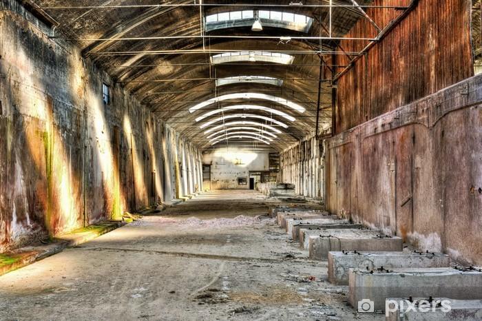 Fototapeta winylowa Stary opuszczony budynek przemysłowy - Budynki przemysłowe i handlowe