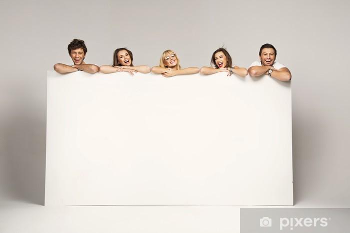 ec040d7a971 Fotomural Estándar Grupo alegre feliz de amigos mostrando letrero blanco